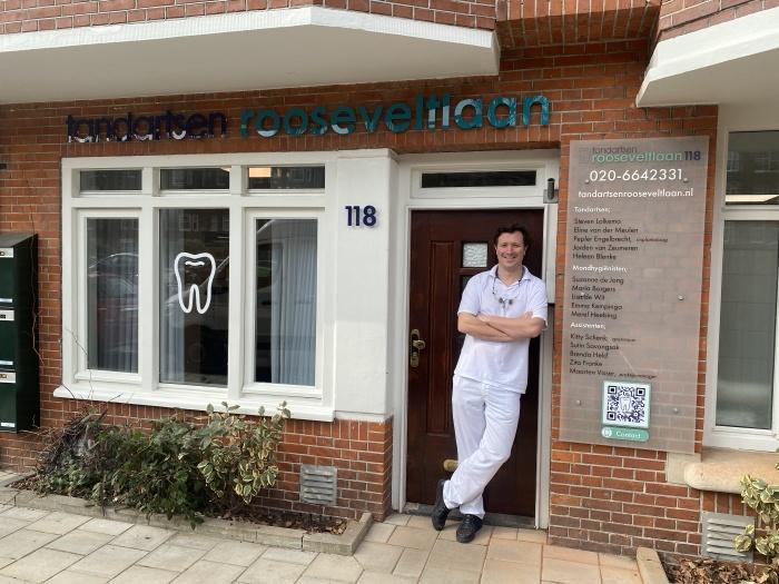 Tandarts Steven Lolkema voor de ingang van tandartspraktijk Tandartsen Rooseveltlaan.